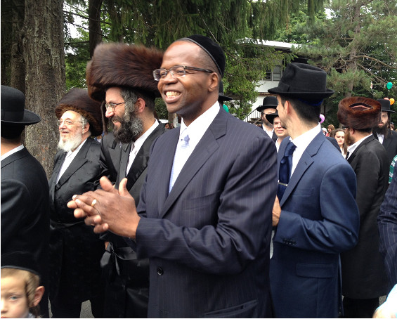 Kenneth-Thompson-picture-with-rabbis